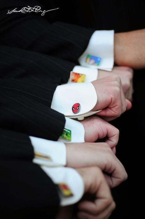Abotoadeiras com persnoagens de quadrinhos e super-heróis para noivo e padrinhos. Foto: Wedding Bee.