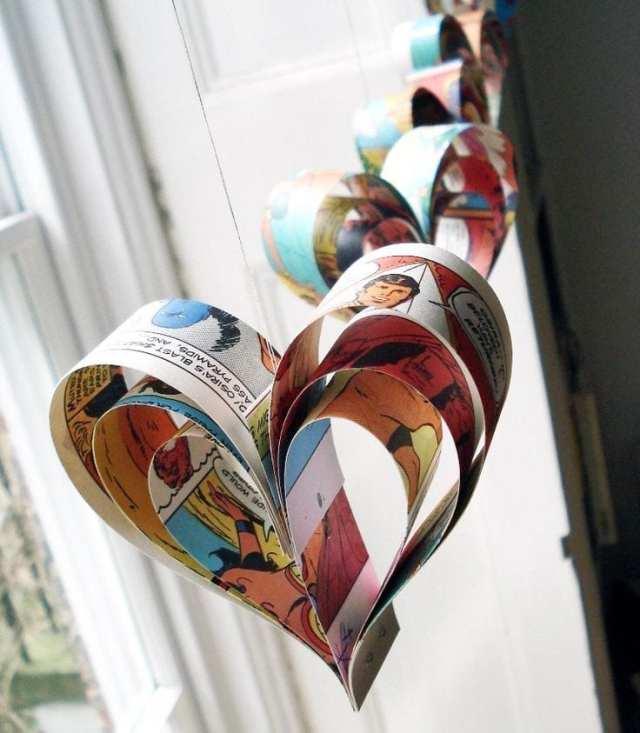 Corações feitos de papel de quadrinhos na decoração de casamento nerd. Foto: Bookity.
