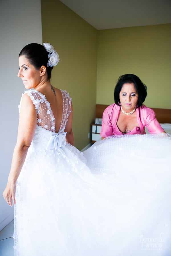 Assistência ao vestir noiva. Foto: Fernanda Ferraro.