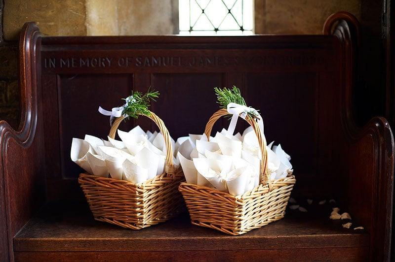 Cones de papel para jogar pétalas nos noivos. Foto: Nikole Ramsay.