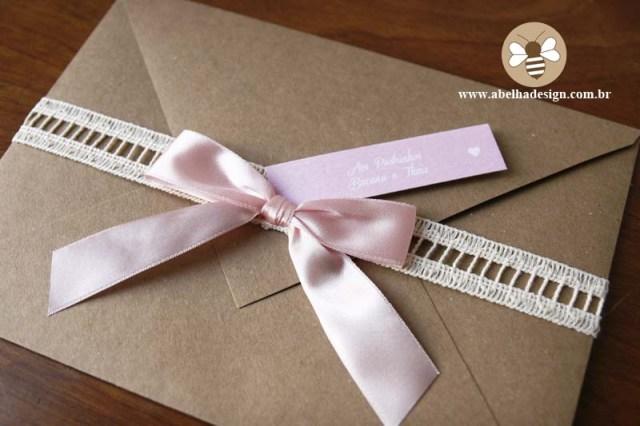 Convite de casamento Abelha Design: rústico com fita rosa.
