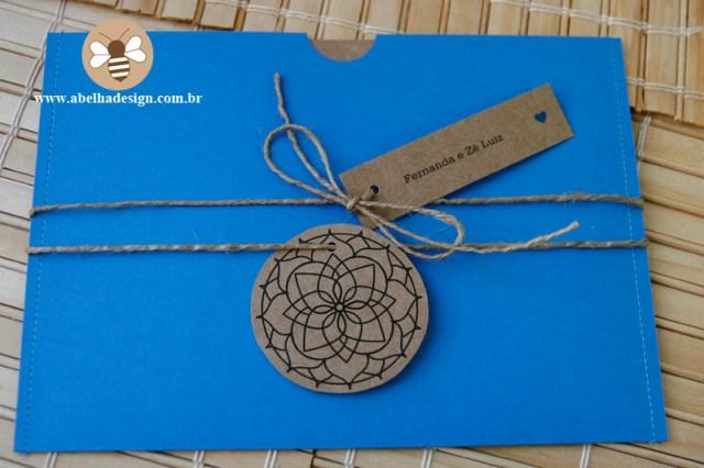 Convite de casamento Abelha Design: rústico com mandala e envelope azul.