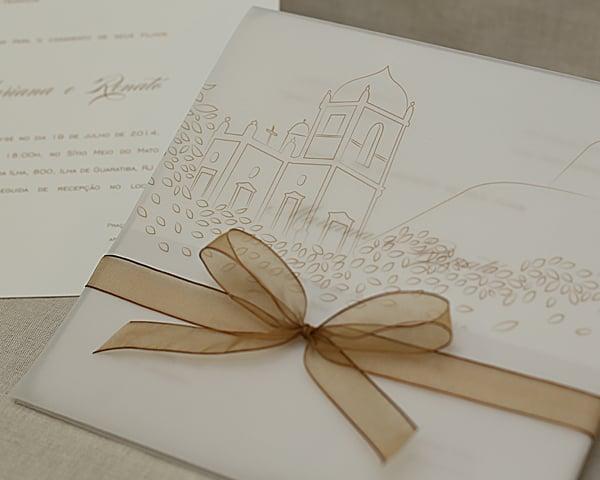 Convite de casamento chique de Eilá Nigri Designs com papel vegetal e ilustração de igrejinha.