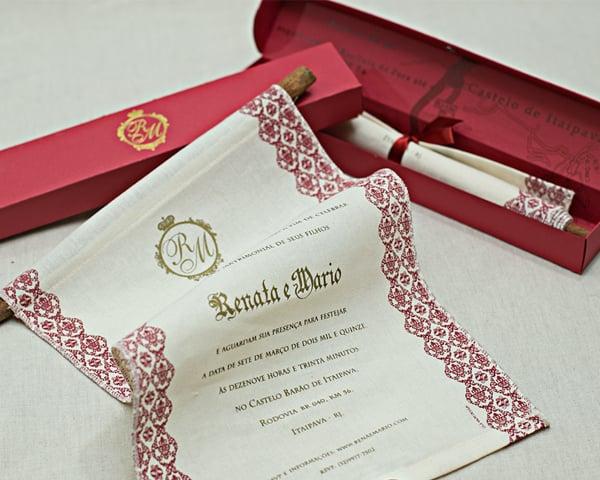 Convite de casamento chique de Eilá Nigri Designs imitando pergaminho da realeza.