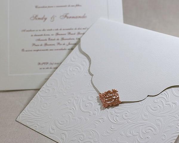 Convite de casamento chique de Eilá Nigri Designs com monograma para fechar envelope.