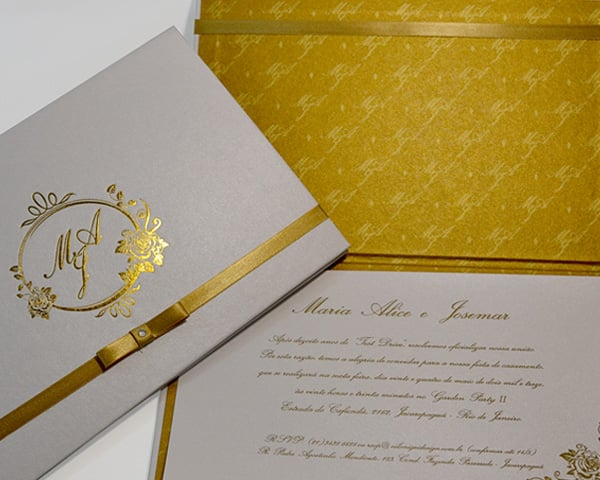 Convite de casamento chique de Eilá Nigri Designs dourado.
