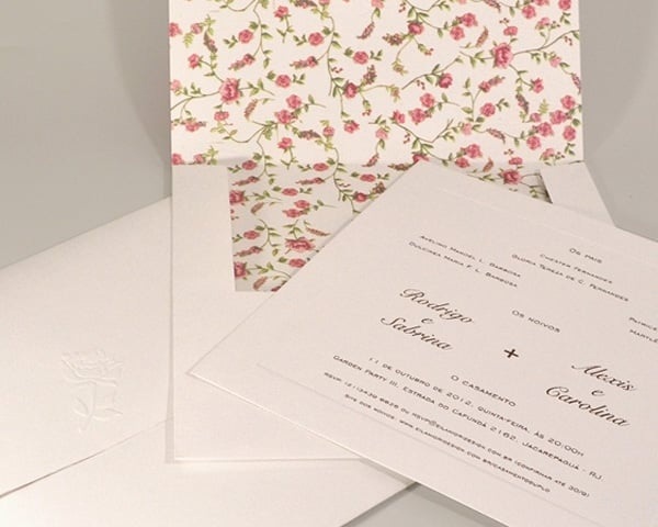 Convite de casamento chique de Eilá Nigri Designs com estampa liberty floral no interior do envelope.