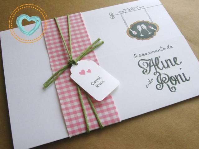 Convite de casamento com tema boteco, amarrado com toalha quadriculada. Da Catita Convites.