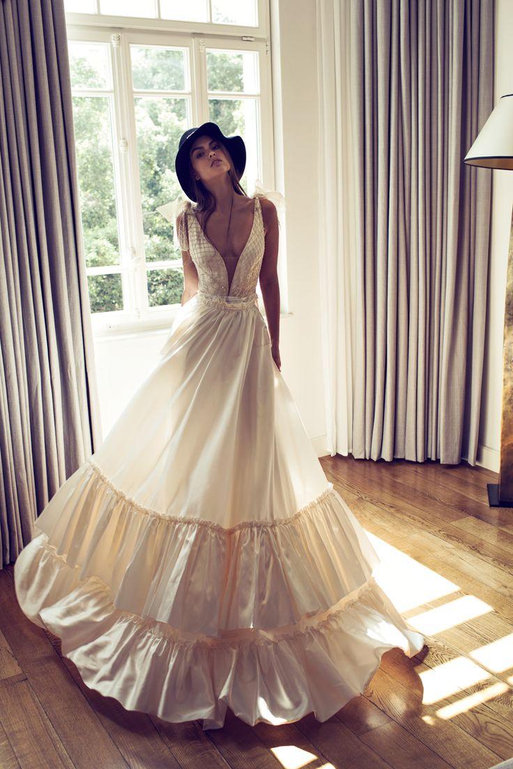 Vestido de noiva estilo boho, com decote em v e saia ampla. Foto e estilista: Zahavit Tshuba.