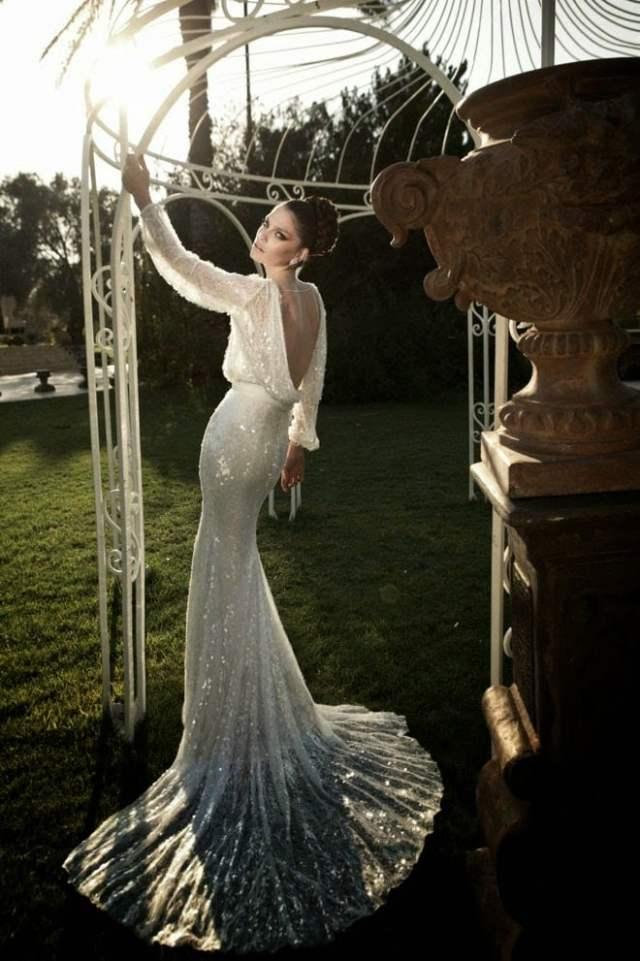 Vestido de noiva com manga comprida e decote nas costas. Foto e estilista: Zahavit Tshuba.