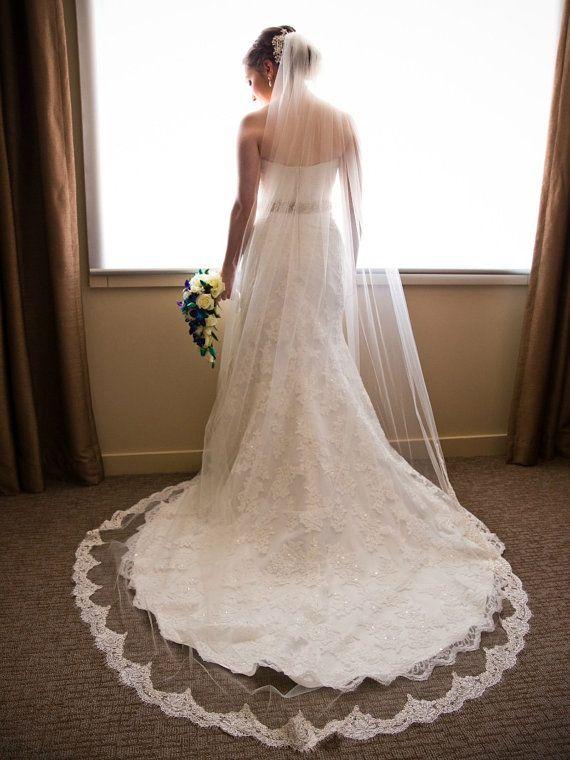 Véu de noiva longo: bordado e transparente, da One Blushing Bride.