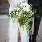 Buquê de noiva em cascata de orquídeas. De: Pamela Lowe Floral Design. Foto: Wojcik Photography.
