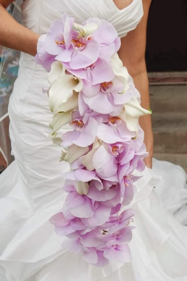 Buquê de noiva em cascata de orquídeas. Foto: Sarah Elizabeth.
