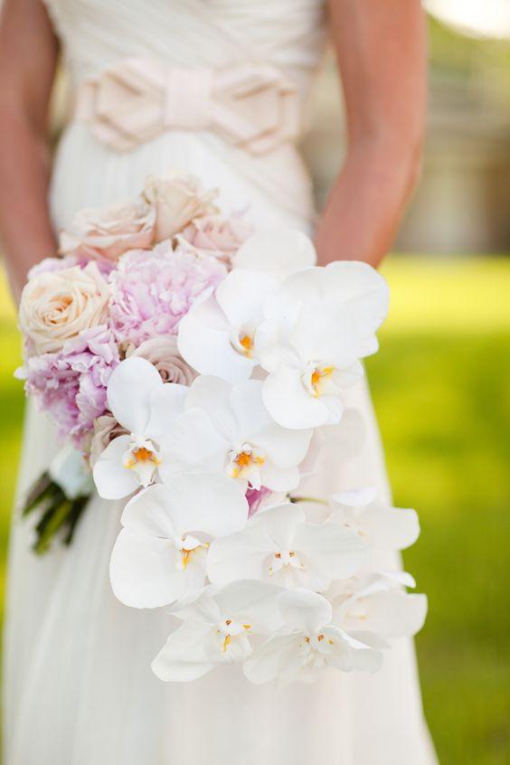 Buquê de noiva em cascata de orquídeas. Foto: KT Merry Photography.