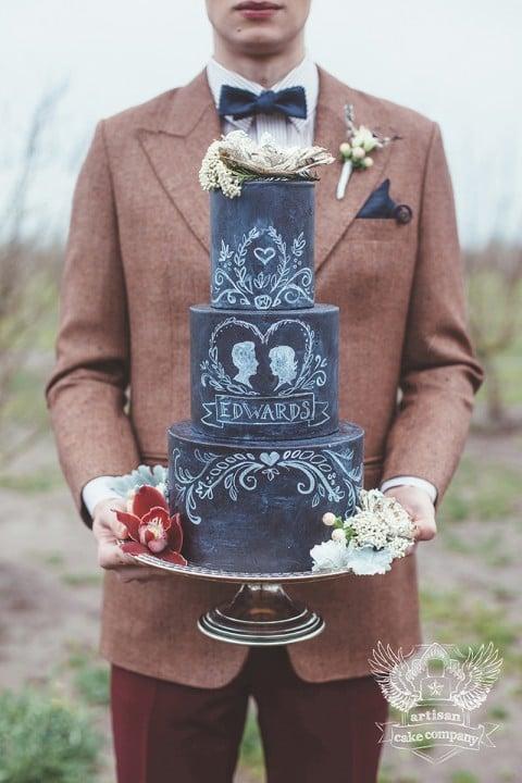 Noivo segurando chalkboard cake com sobrenome dos noivos. Bolo: Artisan Cake Company. Foto: Hazelwood Photo.