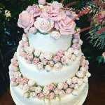 Bolo de casamento romântico com flores da Manô Doces na feira de noivas Cheers Off.