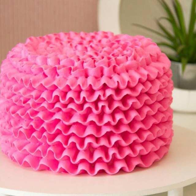 Bolo rosa pink de babados estilo ruffled cake da Mara Cakes.