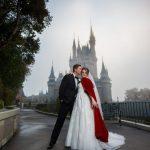 Casamento na Disney: noivos em frente a um castelo.