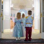 Casamento na Disney: daminha e pajem com fantasias de princesa e príncipe.