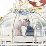 Casamento na Disney: noivos na carruagem da Cinderella.