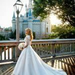 Casamento na Disney: noiva em frente a um castelo.