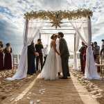 Casamento na praia Tabi e Carlos: altar em frente ao mar. Foto: André Pinnola