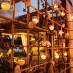 Casamento na praia Tabi e Carlos: decoração rústica com velas. Foto: André Pinnola