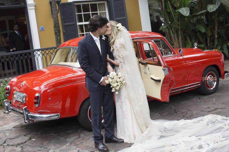 Carro vintage vermelho. Casamento na igreja de Helena Bordon e Humberto Meirelles. Foto: Flávia Vitória Photo.