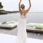 Costas do vestido de noiva Calvin Klein de Helena Bordon. Casamento Helena Bordon e Humberto Meirelles em St. Barths.