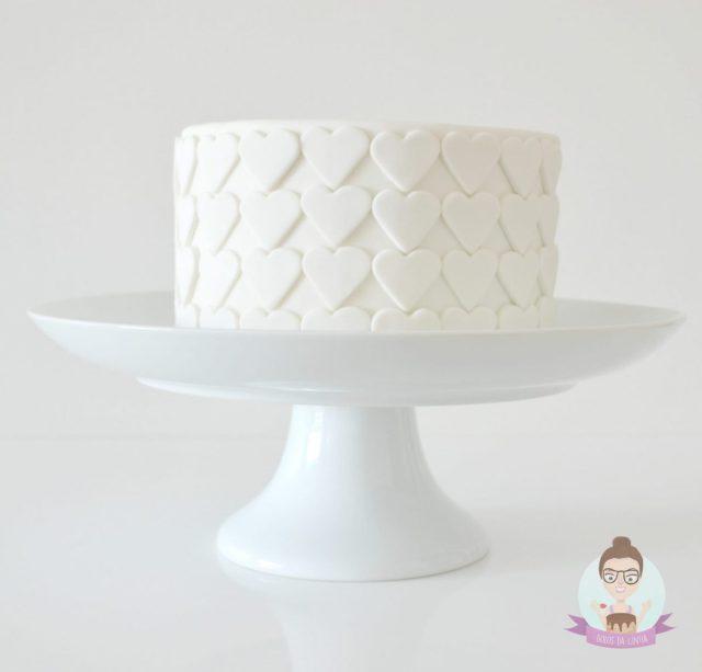Bolo de casamento branco com corações em pasta americana. Para mini wedding, noivado, chá bar ou chá de panela. De Bolos da Cíntia.