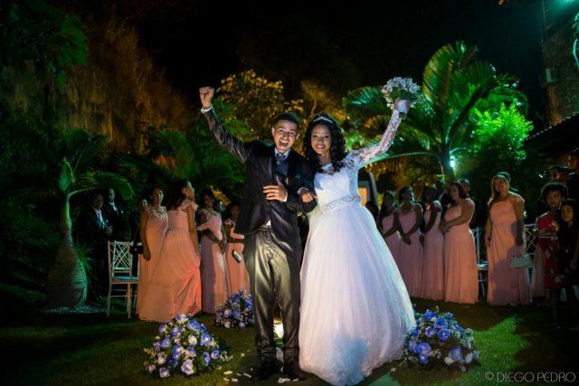 Casamento ao ar livre. Vestido de noiva com manga comprida. Casamento Naara e Rodrigo. Foto: Diego Pedro.