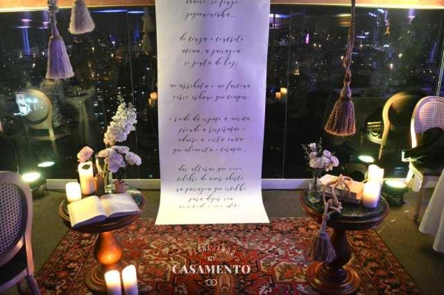 Decoração de cerimônia de casamento em buffet: altar com painel, tapetes, velas, cordas e mesinhas. Decoração de Filiz Flores. Foto: Planejando Meu Casamento.