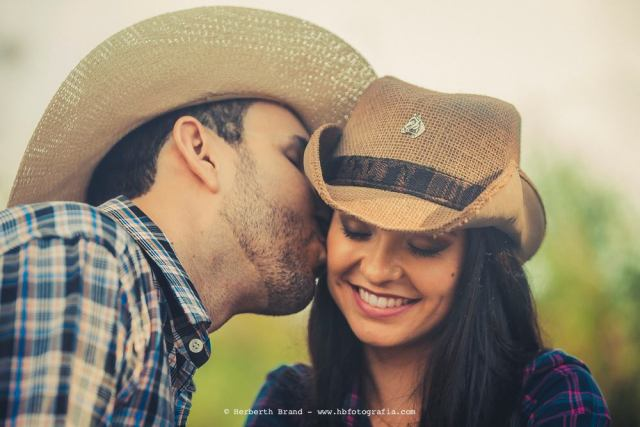Ensaio de casamento pre-wedding estilo cowboy sertanejo, com os noivos Laurenice e Allison. Foto: Herbeth Brand.