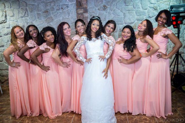 Madrinhas de casamento com vestidos iguais rosa. Vestido de noiva com manga comprida. Noiva de cabelo cacheado. Casamento Naara e Rodrigo. Foto: Diego Pedro.
