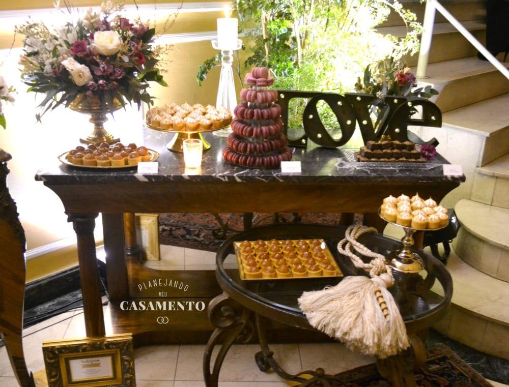 Mesa de doces para casamento com Love e torre de macarons. Decoração de Filiz Flores. Foto: Planejando Meu Casamento.