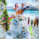 Bolo de casamento na praia com noivinhos de biquíni e violão. Casamento Isabeli Fontana e Di Ferrero.