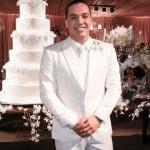 Noivo de terno branco. Casamento de Wesley Safadão e Thyane Dantas.