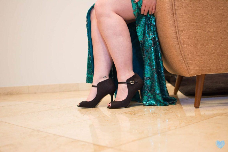 Vestido de festa para madrinha de casamento com fenda e lantejoulas, deixando pernas à mostra. Sapato de festa aberto, modelo boneca, preto. Vestido da loja Aslan Rigor. Foto: Nay Santos Fotografia para o blog Planejando Meu Casamento.