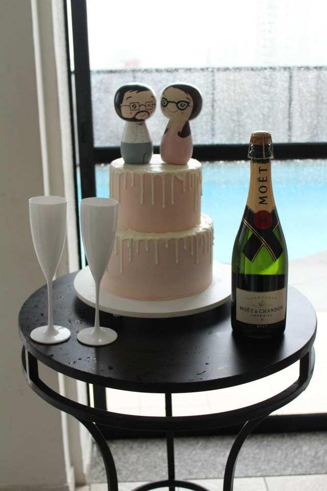 Casamento bolo e champagne: bolo de casamento para mini wedding drippy cake e espumante Moët Chandon.