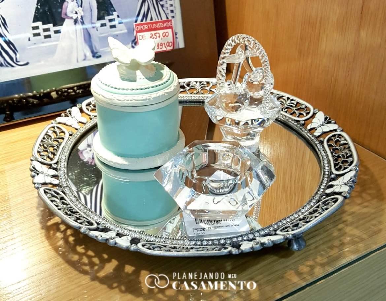 Lista de presentes de casamento: bandeja de espelho e bibelôs na loja de casa e decoração RS Casa. Foto: www.planejandomeucasamento.com.br