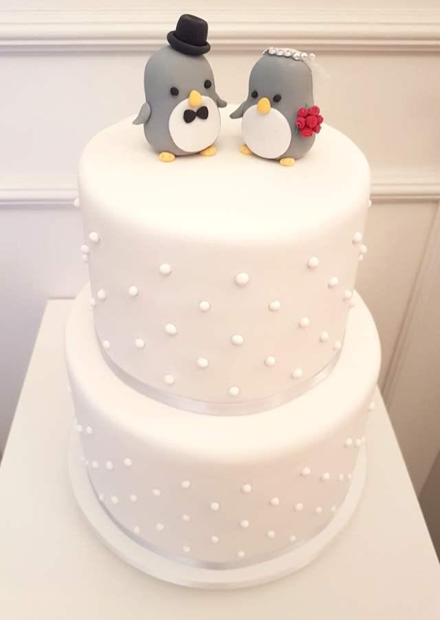 Bolo de casamento: pasta americana, todo branco, com bolinhas, com noivinhos de topo de bolo de pinguim. Bolo e foto: Bolos da Cíntia.