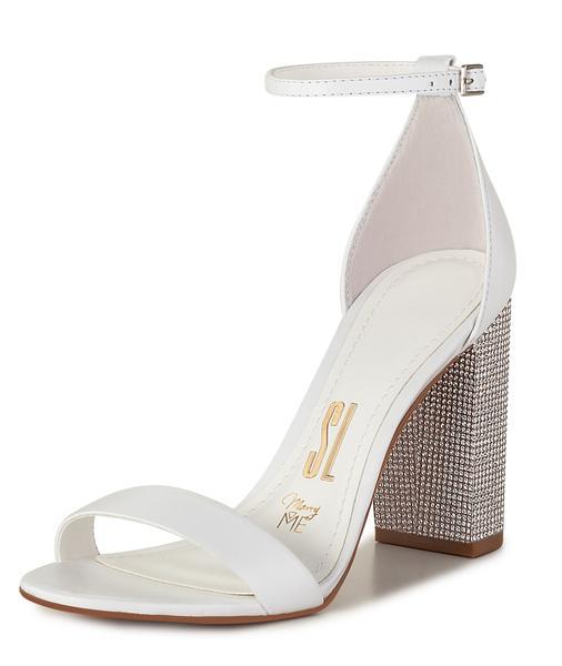 Sapato de noiva: sandália com salto grosso e strass da Santa Lolla (coleção Marry Me).