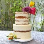 Bolo de casamento: semi naked cake com flores. Feito por: Bolos da Cíntia (contato@bolosdacintia.com)