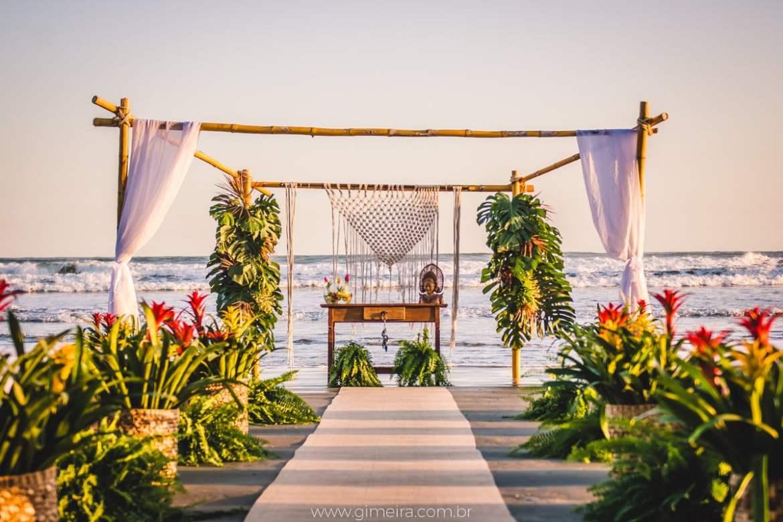 Decoração de casamento na praia pé na areia. Decoração pela florista Lygia de Luca, da Leve Flores. Foto: GMeira Fotografia.