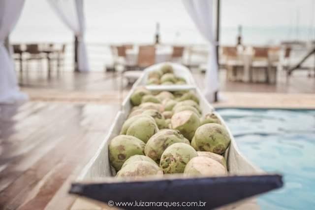 Água de coco fresquinha em casamento na praia. Foto: Luiza Marques. Mais inspirações no blog Planejando Meu Casamento ( www.planejandomeucasamento.com.br ).