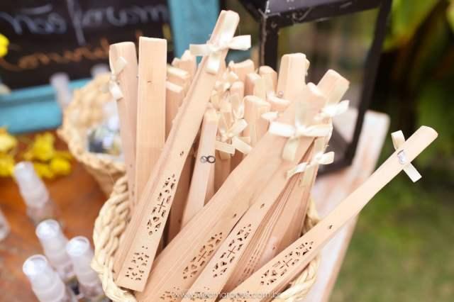 Leques de madeira para casamento na praia. Foto: Luiza Marques. Mais inspirações no blog Planejando Meu Casamento ( www.planejandomeucasamento.com.br ).