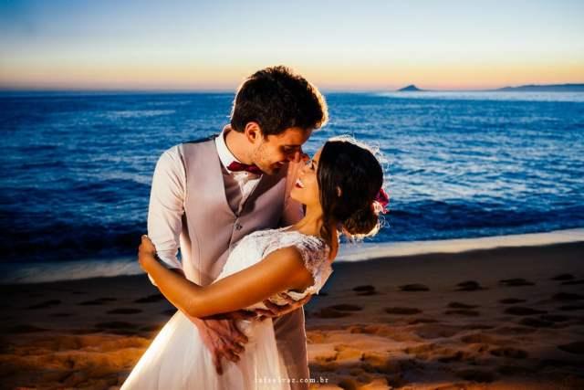 Melhores fotógrafos de casamento na praia (Ilhabela, Maresias e São Sebastião): Rafael Vaz. Mais inspirações no site Planejando Meu Casamento ( www.planejandomeucasamento.com.br ).
