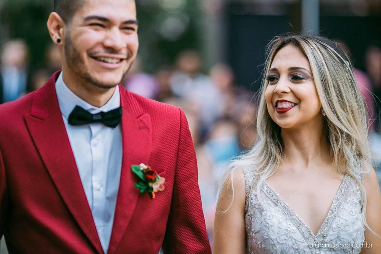 Traje diferente para noivo: paletó colorido. Fotógrafo: Rafa Ramos. Mais inspirações no blog Planejando Meu Casamento ( www.planejandomeucasamento.com.br ).