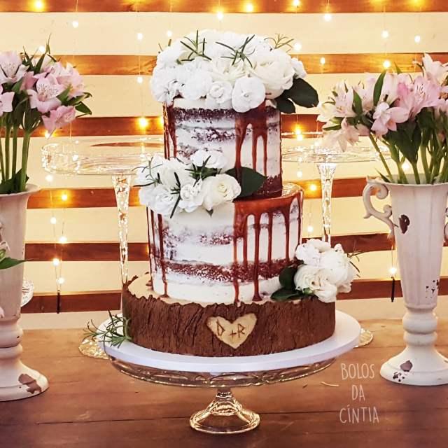 Bolo de casamento rústico com flores. Foto e bolo: Bolos da Cíntia/Cíntia Costa Cake Studio.