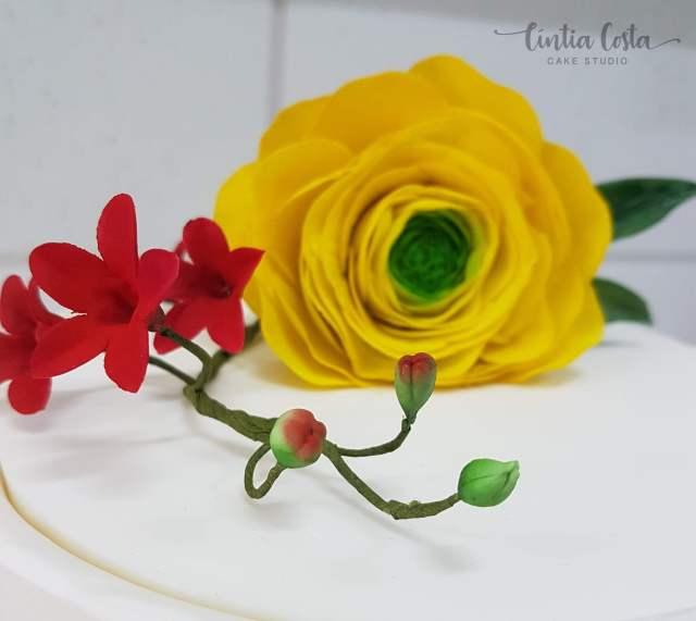 Bolo de casamento: flores amarelas + branco com babados. Feito por Cíntia Costa Cake Studio (contato@cintiacostacakestudio.com.br )